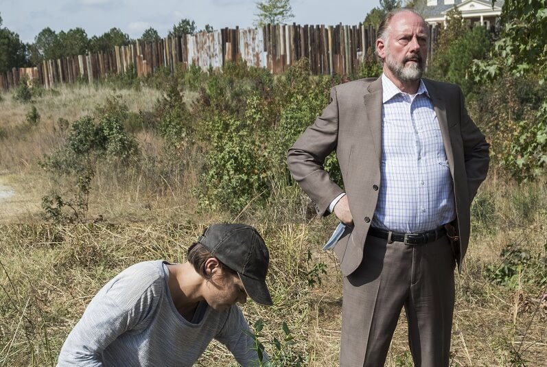 Gregory and Maggie outside the walls of the Hilltop on the Walking Dead