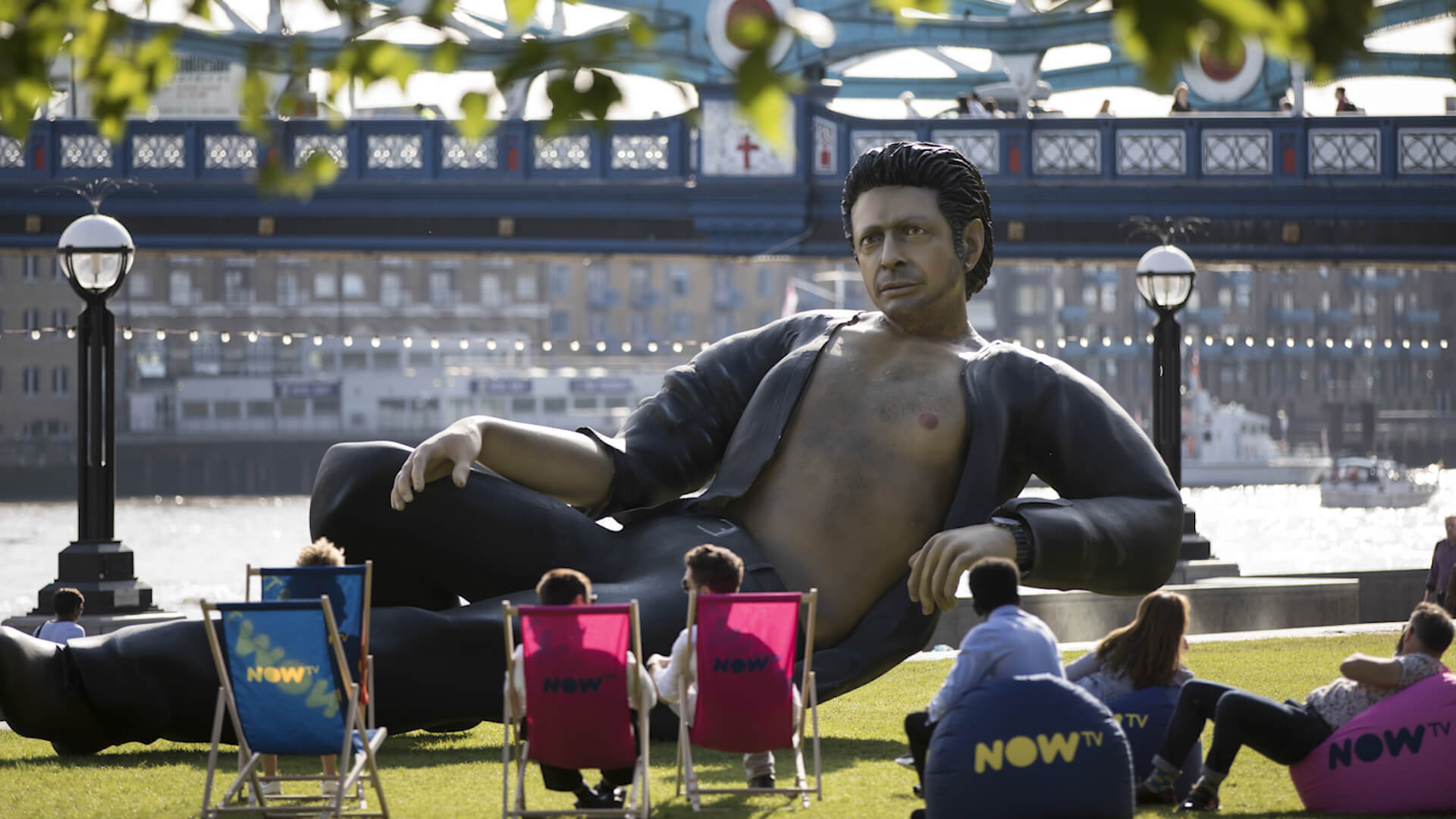 Jurassic Park: 25-Foot Statue of Jeff Goldblum Appears in London